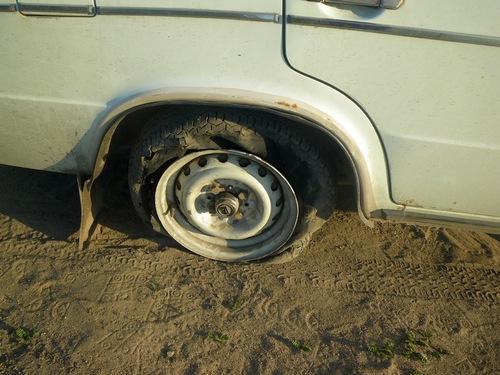 лопнуло колесо у автомобиля
